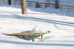 冬天操场Swingset设备 库存图片