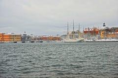 冬天斯德哥尔摩江边和Skeppsholmen  免版税库存照片