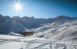 冬天旅行在阿尔卑斯 免版税库存照片