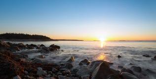 冬天日出全景在海洋海滩的 免版税库存图片