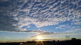 冬天日出,在海浪下的金黄太阳 免版税库存照片