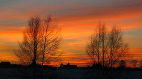 冬天日落和房子屋顶 免版税库存图片