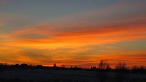 冬天日落和房子屋顶 图库摄影