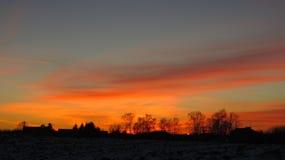 冬天日落和房子屋顶 库存照片