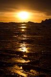 冬天日落在南极洲的水域中 免版税库存照片