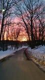 冬天日落在小山下 库存图片