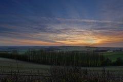 冬天日落在林肯郡黄木樨草,英国 免版税库存照片