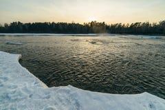 冬天日落在河 库存照片