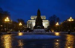 冬天早晨在奥斯特洛夫斯基广场的12月 免版税库存照片