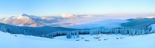 冬天早晨山全景风景 库存图片