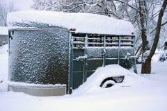 冬天早晨被雪包围住的马拖车 免版税图库摄影