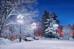 冬天晚上在公园 城市克里姆林宫横向晚上被反射的河 库存图片