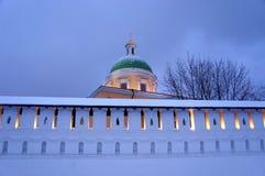 冬天晚上在圣丹尼尔修道院里在莫斯科 库存照片