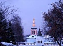 冬天晚上在圣丹尼尔修道院里在莫斯科 免版税库存图片