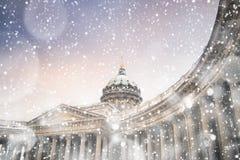 冬天晚上在圣彼得堡 暴风雪的喀山大教堂 免版税库存图片