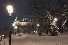 冬天晚上在Pokrovsky修道院附近的庭院里在哈尔科夫 免版税库存照片