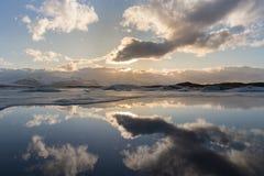 冬天有天空反射的季节湖,冰岛 免版税库存图片