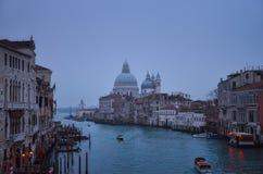 冬天有雾的晚上在威尼斯 免版税库存照片