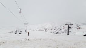 冬天有滑雪倾斜和滑雪吊车的山全景在一多云天 4K timelapse 哈萨克斯坦1月2017年, 股票录像