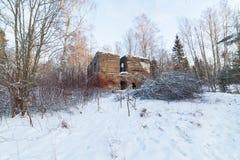 冬天木头的老被毁坏的房子 库存照片