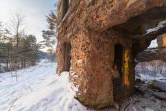 冬天木头的老被毁坏的房子 免版税图库摄影