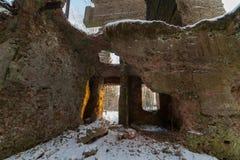 冬天木头的老被毁坏的房子 免版税库存照片
