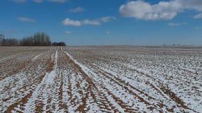 冬天末端犁了与雪的领域,鸟瞰图 股票录像