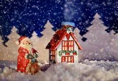 冬天村庄和圣诞老人的圣诞节图片 库存照片