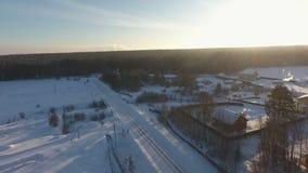 冬天村庄解决空中照片在森林里 股票视频