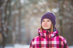 冬天森林体育、启发和旅行的远足者 库存图片