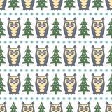 冬天森林样式- Xmas树、猫头鹰和雪花 简单的无缝的自然背景 免版税库存照片