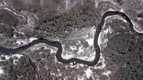 冬天森林航拍的河与quadcopter 免版税图库摄影