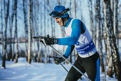 冬天森林经典之作样式的特写镜头年轻运动员种族滑雪者 图库摄影