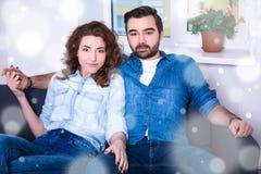 冬天概念-逗人喜爱的年轻夫妇画象在牛仔裤的给s穿衣 图库摄影