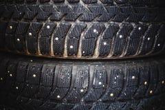 冬天橡胶轮子特写镜头一辆汽车的有钉的 库存图片