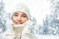 冬天步行的妇女 免版税库存图片