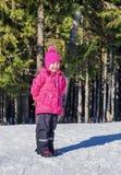 冬天步行的快乐的女孩 免版税库存照片