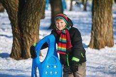 冬天步行的男孩在公园 免版税库存图片
