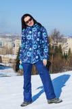冬天步行的美丽的妇女 免版税库存图片
