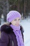 冬天步行的美丽的微笑的妇女 免版税图库摄影