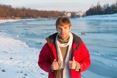 冬天步行的衣裳 行家冬天温暖的成套装备 人有敞篷的穿戴夹克在冷淡的冬日 人有胡子的立场 免版税库存照片