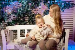 冬天母亲和女儿 微笑的妇女和孩子 逗人喜爱的女孩w 免版税库存照片