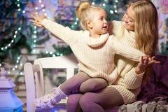 冬天母亲和女儿 微笑的妇女和孩子 逗人喜爱的女孩w 图库摄影