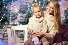 冬天母亲和女儿 微笑的妇女和孩子 逗人喜爱的女孩w 库存图片