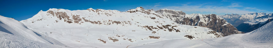 冬天比利牛斯的全景与滑雪道的 免版税库存图片