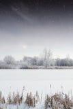冬天河在晚上 免版税库存图片
