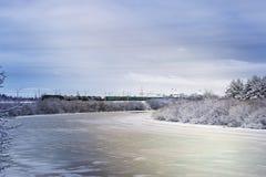 冬天河在森林里 免版税库存照片