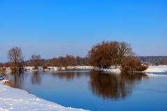 冬天河的积雪的岸日落的 33c 1月横向俄国温度ural冬天 库存图片