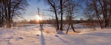 冬天河 日出在冬天早晨 美丽的目的地横向滑雪雪 库存照片