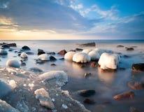 冬天波罗的海海滩,冰川覆盖 免版税库存图片